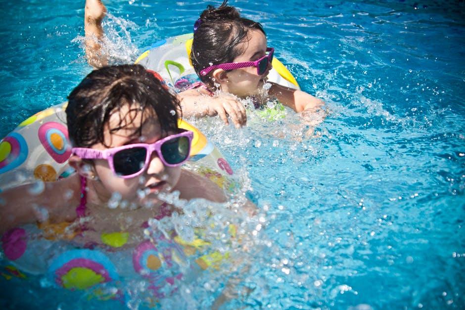 Die passende Sonnenbrille schützt vor allem auch Kinder.