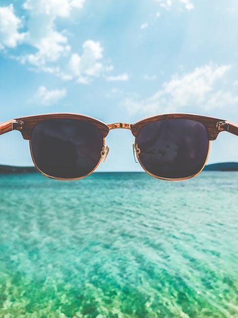 Anprobieren geht über Studieren. Schöne Sonnenbrillen müssen auch bequem sein.