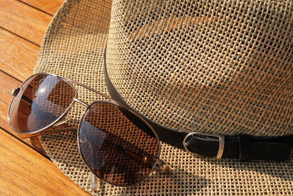 Insbesondere Sonnenbrillen mit dünnen Metellgestellen haben oft sogar zwei Nasenstege zur Verstärkung der Konstruktion. Es sieht allerdings auch einfach cool aus.