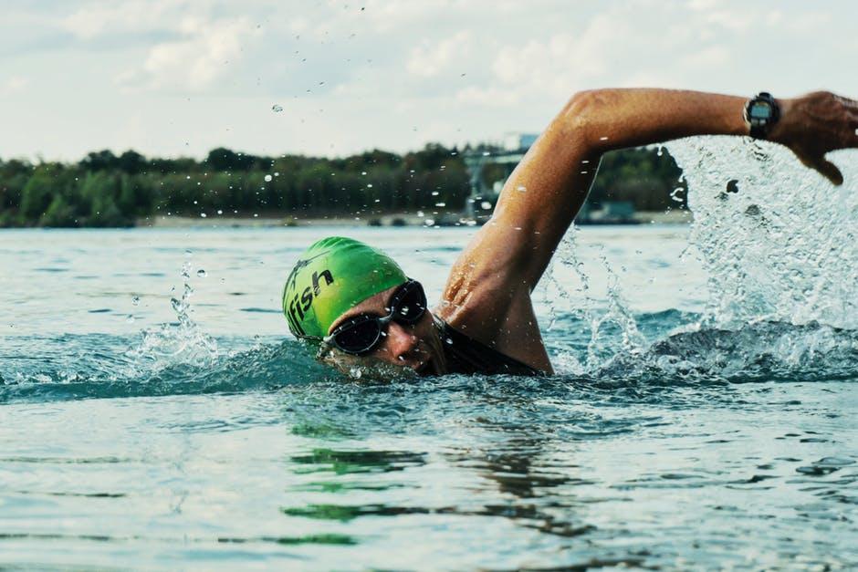 Eine Sonnenbrille für Wassersportarten erfüllt gleich mehrere Funktionen.